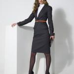 Наиболее предпочтительны в женском гардеробе деловые костюмы с блузкой и юбкой