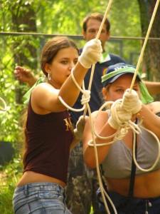Веревочный курс – это тренинг, состоящий из серии упражнений, направленных на командообразование