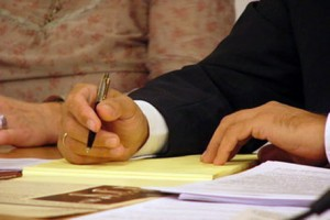 Заявление на прием на работу пишется от руки и в произвольной форме